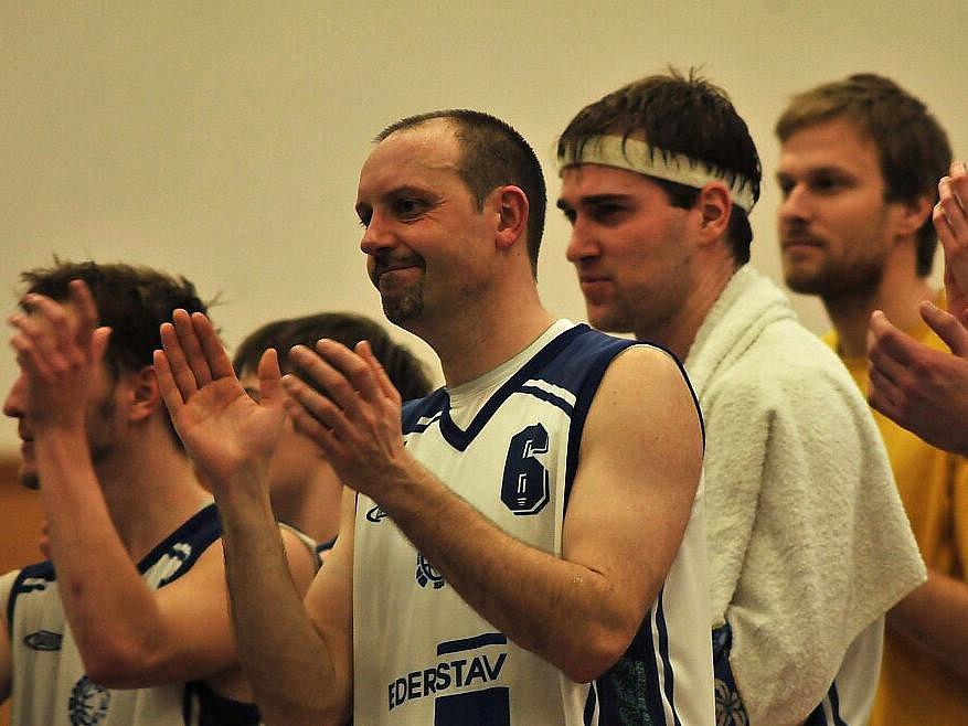 Basketbalisté Kladna (v bílém) sice v play off nestačili na Rokycany, ale Stanislav Kára už smutnit nemusí - klub postoupil do I. ligy dodatečně.