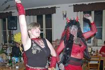 diskotékové rytmy dokázaly účastníky buštěhradského lechtivého maškarního veselí pěkně rozparádit.