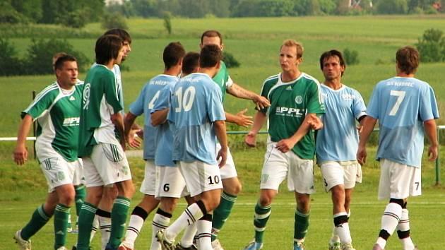 Hostouň (v zeleném) přehrála v derby Hřebeč 3:1. Ostrá rozmíška na konci.