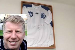 Josef Galbavý našel v Neuměřicích nečekaně na stěně svůj někdejší ligový dres z Kladna. Dokonce vlastnoručně podepsaný.
