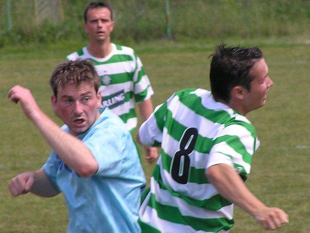 Tomáš Procházka (vpravo) dal jediný gól Lhoty.