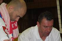 Jiří Zadražil (vlevo) ani asistent kouče Michal Hadrava už se nad kladeskou taktikou radit nebudou - s oběma rozvázal majitel klubu Jinřich Licek pracovní poměr.