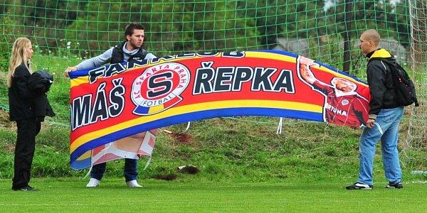 Fanoušci Sparty přivezli Tomáši Řepkovi transparent.