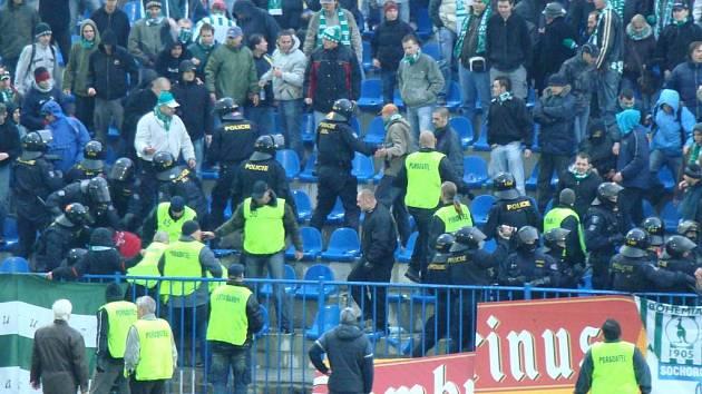 Poslední říjnové utkání proti Bohemians bylo na několik minut přerušeno kvůli výtržnostem hostujících příznivců (foto). Po skončení nedělního duelu mezi Kladnem a Viktorií Plzeň se fanoušci poprali mimo stadion.