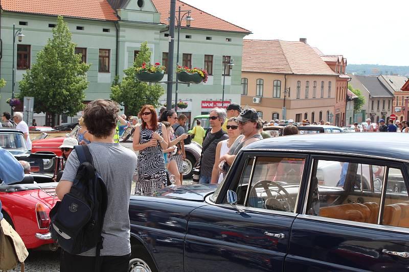 Ze zahájení 3. Kladenské veteran rallye na náměstí Starosty Pavla v Kladně.