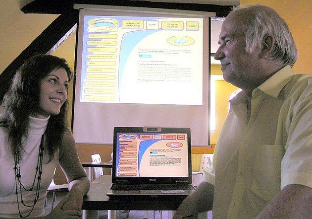 Ředitelka Linky důvěry Kladno Denisa Kleinerová a za zřizovatele Jiří Holý z občanského sdružení V.O.D.A. představili nové internetové služby pro klienty.