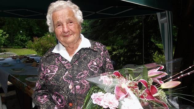 HELENA HORÁKOVÁ dostala od zástupců kladenského magistrátu, kteří jí byli přát, květinu.