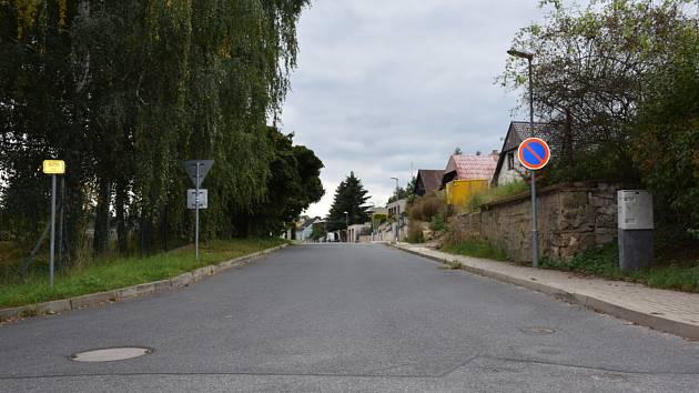 Ulice Na Chmelnici ve Slaném, kde se vážně zranil cyklista bez ochranné přilby.