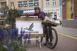 Účastníci závodu Bohemia Divide 2019 při zastávce v Kladně