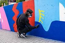 Americká street-art umělkyně Emily Eldridge dokončila v Kladně malbu.