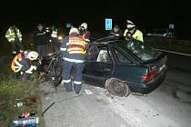 PŘI NEHODĚ U SLANÉHO (na snímku) byl zraněn německý řidič. Mladík, jenž havaroval v neděli v jednu hodinu v Kladně, měl méně štěstí. Zemřel po nárazu do stromu, když se snažil ujet hlídce policistů, která ho pronásledovala.