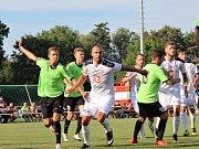 Velvary (v zeleném) prohrály v MOL Cupu s Hradcem Králové 0:1. V bílém bijec Žondra.