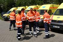 Slavnostní předání devíti nových sanitních vozů Územnímu středisku záchranné služby Středočeského kraje se uskutečnilo v úterý v Kladně.
