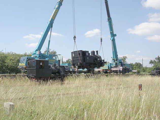 PŘEPRAVA ČTYŘ lokomotiv trvala téměř celý den.