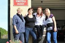 Braškovské ženy jdou do voleb s velkým nadšením. Jak říká Monika Randáková, lídryně kandidátky Ženy - Braškov - Rodina, účast ve volbách upekly v místní vinotéce.