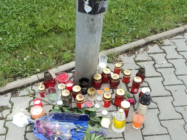 Druhý den po nehodě byl u přechodu v Unhošťské ulici vytvořen pomníček.
