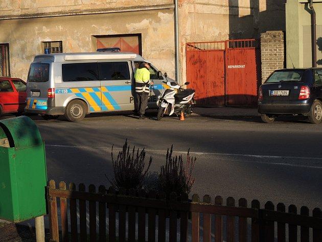 Nehoda se stala na kruhovém objezdu. Pro vyjasnění události shání policie svědky.
