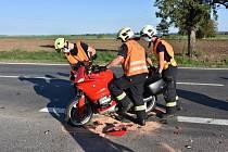 Nehoda motorky s autem ve Zlonicích.