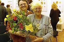 Při vernisáži v Galerii Radost dopravázela Renátu Kaiserovou její maminka (vpravo)