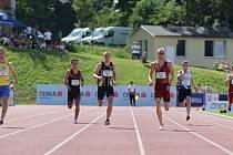 Ve finále závodu na 400 metrů porazil Matěj Krsek (ve žlutém dresu) celou českou špičku. Vpravo finišoval stříbrný Patrik Šorm, třetí Pavel Maslák dobíhal mimo záběr.