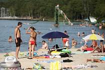Občas se stává, že navigace dovede turisty mířící k Máchovu jezeru (na snímku) ke břehům rybníka, který vznikl na Kladensku mezi Doksy a Družcem.