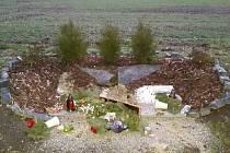 Neznámý člověk pomník u Drnku ve středu 10. února záměrně zničil. Pozůstalí tří mladých lidí jsou otřeseni.