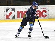 Kladno (v modrém) srolovalo před novým rokem Kadaň na jejím ledě 7:1. Dan Kružík