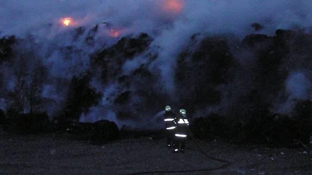 Požár skládky likvidovali hasiči několik hodin.