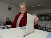 V DOMOVĚ DŮCHODCŮ.  Volby v Domově důchodců v Ústí nad Orlicí - krátce po 14. hodine, kdy se otevřely volební místnosti