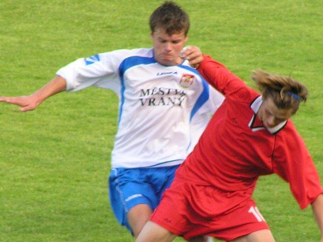 Vranský bek Janda (vlevo) sice zavinil v úvodu penaltu, jeho tým však duel proti Kolči otočil.