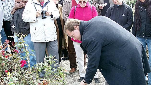 Zástupce delegace z Německa, zemský předseda SPD Michael Müller, zasadil v Růžovém sadu přátelství a míru symbolizující keř.
