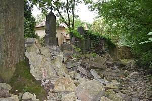 Stav hřbitovní zdi u svatého Jana v Kladně-Dubí je zoufalý.