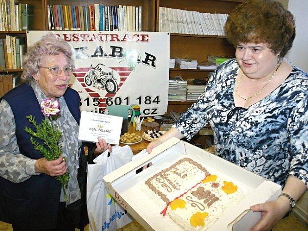 V KATEGORII NEJVĚRNĚJŠÍ ČTENÁŘ zvítězila ve Velvarech, ale i v rámci celých středních Čech, Emílie Poláčková (vlevo). V knihovně je registrovaná 57 let. Sponzorské dary a dort jí předala vedoucí Městské knihovny Velvary Zdeňka Ortová.