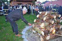 Masarykovu vatru v Lánech zapálili prezident Miloš Zeman i Karel Schwarzenberg.