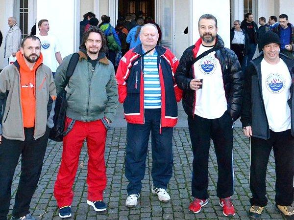 MEZI OTUŽILCI nechyběli Jan Bendl (na snímku zcela vpravo) a Filip Jícha  (druhý zprava).