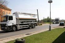 Stovky kamionů jezdících nyní přes Kmětiněves silnici neúměrně zatěžují.
