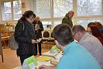 První voliči v okrsku v Základní škole v Rabasově ulici ve Slaném