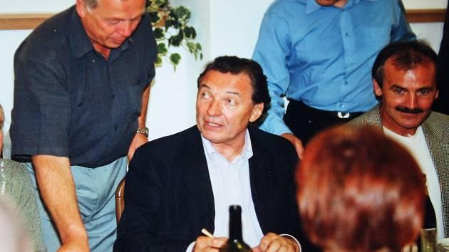 Fotografie z roku 2002, kdy Václav Hrabák zpěváka hostil.