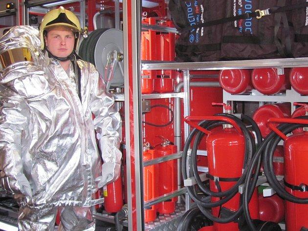 SOUČÁSTÍ JEDINEČNÉHO kombinovaného hasicího kontejneru, který je v Kladně jediný ve Středočeském kraji, jsou i čtyři speciální obleky proti sálavému teplu.