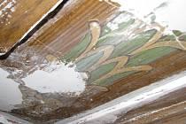 Malby dělané technikou fládru objevili pracovníci v minulých dnech při rekonstrukci obřadní síně.