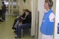 Kladenská chirurgická ambulance je celý den přeplněna pacienty. Čekat můžete někdy i déle než hodinu.