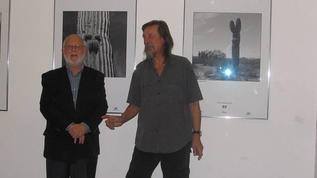 Na vernisáži přivítal Pavla Štichu (vlevo) galerista Jiří Hanke.