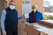 Z předání pěti tisíc respirátorů, které dostalo Kladno od Teplárny Kladno.