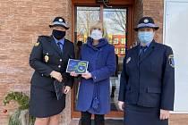 Kladenští strážníci předali dětem z dětského centra finanční dar.