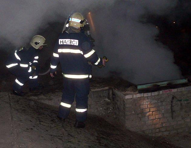 Požár odpadu u sítenského mostu v Kladně.