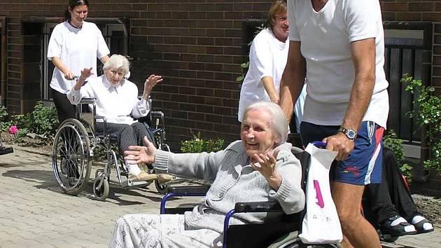 Nejoblíbenější akcí, které domov pro své  pro obyvatele pořádá, je bezesporu zahradní slavnost, při které si zatančí a zazpívají i handicapovaní.