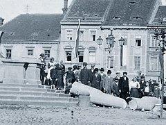Stržení morového sloupu Nejsvětější Trojice ve Slaném na náměstí ve 20. letech minulého století. Slaňáci tím tehdy projevili svůj odpor k monarchii.