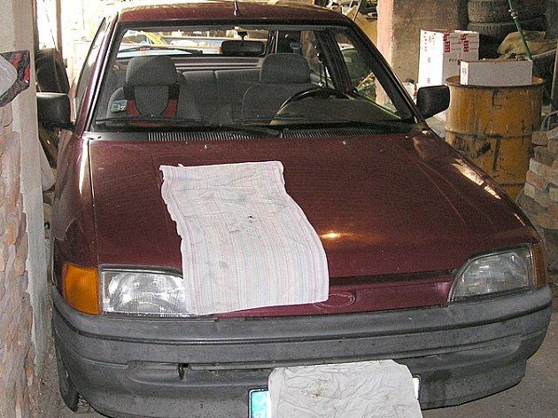 Garáž, kde došlo na kapotě auta k vynucenému pohlavnímu styku mezi mladistvou a nezletilým.