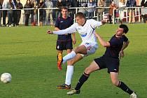 Důrazný Roman Steckovič (5) atakuje tuchlovického hráče. Vlevo přihlíží Matěj Větrovec. //  AFK Tuchlovice - SK Doksy 3:0 (0:0), utkání I.A. tř., 2010/11, hráno 23.10.2010