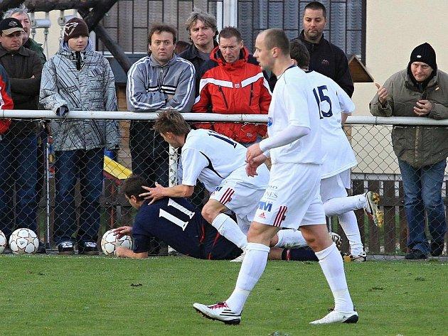 Souboj jedenáctek. Marcel Kedroň a Oldřich Moc. //  AFK Tuchlovice - SK Doksy 3:0 (0:0), utkání I.A. tř., 2010/11, hráno 23.10.2010